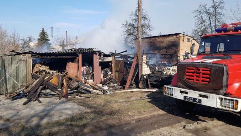 На Харьковщине на территории частного дома загорелся гараж, – ФОТО